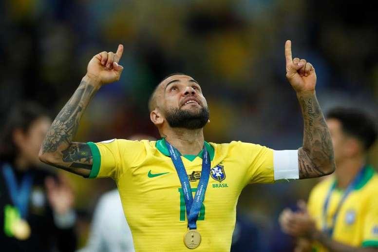 Dani Alves is still a free agent. EFE