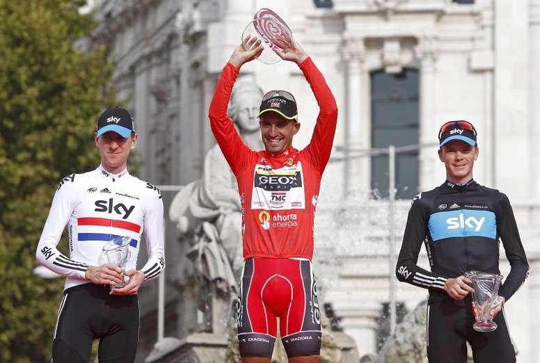 Juan Jose Cobo (c) y Christopher Froome (d) en el podio de la Vuelta a España de 2011. EFE/EPA/José Manuel Vida/Archivo