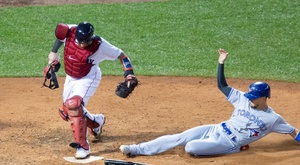 Boston Red Sox catcher Christian Vazquez (L) tags home before Toronto Blue Jays base runner Cavan Biggio (R) can score during the seventh inning at Fenway Park in Boston, Massachusetts, USA, 17 July 2019. (Estados Unidos) EFE/CJ GUNTHER
