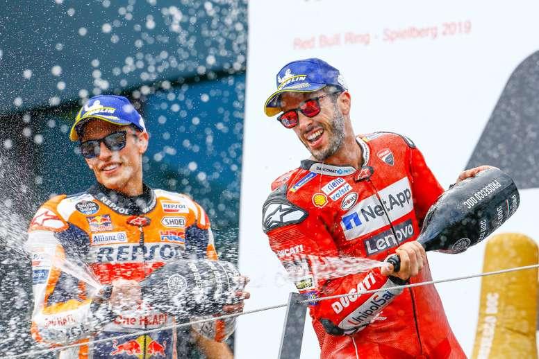 El vencedor de la carrera de MotoGP Andrea Dovizioso celebra junto al segundo clasificado, Marc Márquez, en el podio del GP de Austria. EFE/Archivo