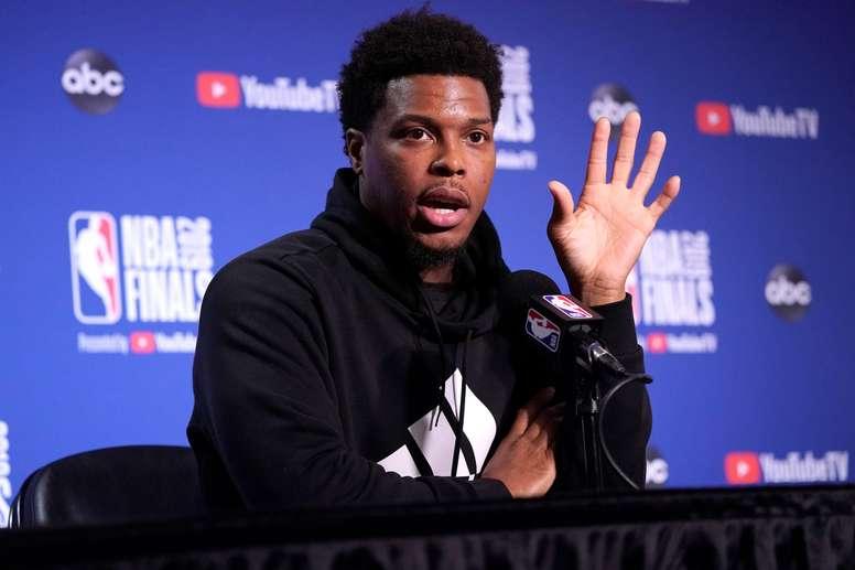 En la imagen un registro de Kyle Lowry, base de los Raptors de Toronto, quien se está recuperando de una operación del pulgar de su mano izquierda y no podrá asistir con el seleccionado de su país al próximo mundial de baloncesto en China. EFE/John G. Mabanglo/Archivo