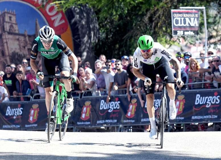 El italiano Giacomo Nizzolo (d), del equipo Dimension Data, ganó este martes la primera etapa de la<b>Vuelta</b>ciclista<b>a</b><b>Burgos</b>.