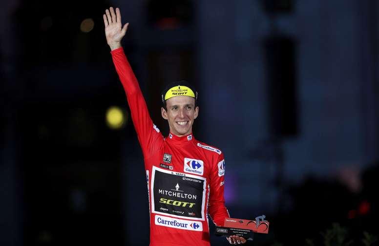El británico del equipo Michelton - Scott, Simon Yates, en el podio tras proclamarse vencedor de la general de la Vuelta Ciclista a España 2018. EFE/Manuel Bruque/Archivo