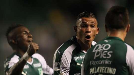 Deportivo Cali se acabó llevando el triunfo frente a Santa Fe. EFE