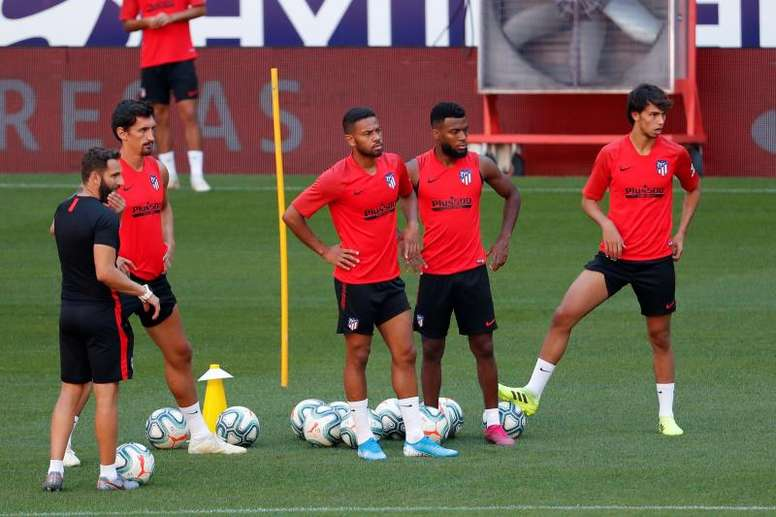 Diego Costa defende Renan Lodi. EFE/Chema Moya