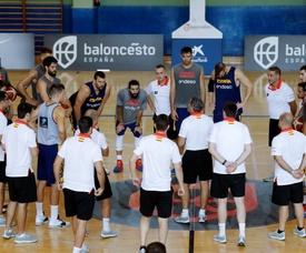 Los jugadores de la selección española de baloncesto participan este miércoles en una sesión de entrenamiento en Madrid. Sergio Scariolo (c), seleccionador español, anunció hoy que Ilimane Diop y Jaime Fernández quedan descartados de la lista final para el Mundial de China que empieza el próximo 31 de agosto. EFE/ Juan Carlos Hidalgo
