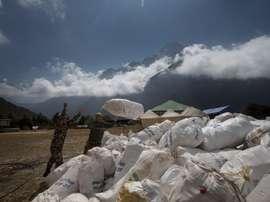 Soldados nepalíes amontonan bolsas residuales del monte Everest, en Katmandú (Nepal). EFE/ Narendra Shrestha/Archivo