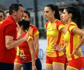 El entrenador de la selección femenina de Voleibol, Pascual Saurín (d). EFE/ Pepe Zamora/Archivo