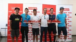 El ciclista colombiano Esteban Cháves (i), del equipo Mitchelton; el también colombiano Miguel Ángel López Superlópez (2i), del Astaná; Nairo Quintana (3i), del Movistar; el español Alejandro Valverde (3d), del Movistar; el esloveno Primoz Roglic (2d), del equipo Jumba Visma, junto a su compañero de equipo, el holandés Steven Kruijswijk (d), posan tras haber atendido a los medios de comunicación este jueves en la oficina de turismo de Teulada, poco antes de la presentación de los equipos participantes en la Vuelta Ciclista a España, que comenzará su 74 edición el próximo sábado en Torrevieja (Alicante). EFE/JAVIER LIZÓN