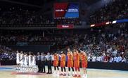 Los jugadores de España (d) y la República Dominicana durante el homenaje al exjugador de baloncesto Cándido Chicho Sibilio, recientemente fallecido, momentos antes del partido amistoso este jueves en el Wizink Center de Madrid. EFE/Kiko Huesca
