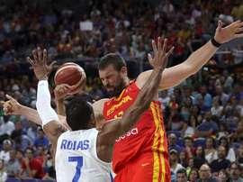 El pivot de la selección española, Marc Gasol (d), defendido por el jugador de la República Dominicana, Rojas, durante el partido amistoso que disputan esta noche en el Wizink Center de Madrid. EFE/ Kiko Huesca.