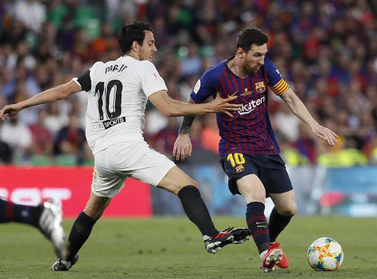 Messi (d) suele causar estragos en el Valencia. EFE