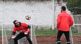 Claudio Bravo (i) volvió a jugar con su Selección. EFE/Mario Ruiz/Archivo