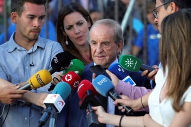 El periodista José María García atiende a los medios de comunicación a su llegada a la capilla ardiente de la medallista olímpica Blanca Fernández Ochoa, instalada este Sábado en el tanatorio de Cercedilla en Madrid. EFE/JuanJo Martín.