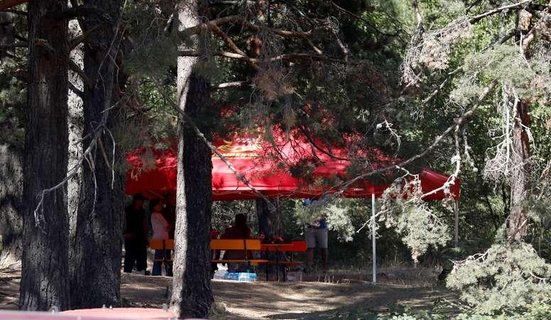 Vista de la carpa de los familiares de Blanca Fernández Ochoa tras confirmarse que el cadáver encontrado este miércoles por la Guardia Civil en la zona de La Peñota de la sierra madrileña es el de la deportista. EFE/David Fernández