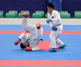 Los karatecas H. Tachibana (con cinturón rojo) y K. Watanabe (con cinturón azul) disputan un combate kumito de kárate durante un evento de prueba para los Juegos Olímpicos de Tokio 2020 celebrado en el estadio Nippon Budokan de la capital japonesa. EFE/María Roldán