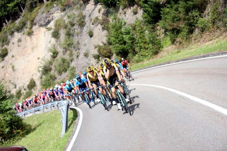 El pelotón rueda a su paso por la localidad asturiana de Pravia durante la decimosexta etapa de la Vuelta a España 2019. EFE/Javier Lizón