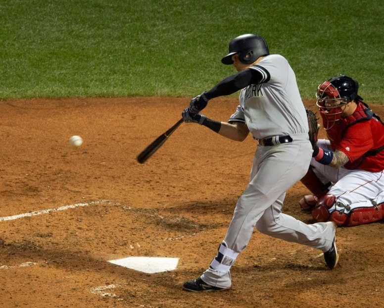 El colombiano Gio Urshela (c), tercera base de los Yanquis de Nueva York, fue registrado este lunes al conectarle un jonrón a los Medias Rojas de Boston, ante la mirada del receptor Christian Vazquez (d), durante la séptima entrada de un partido de la MLB, en el Fenway Park de Boston (Massachusetts, EE.UU.). EFE/CJ Gunther