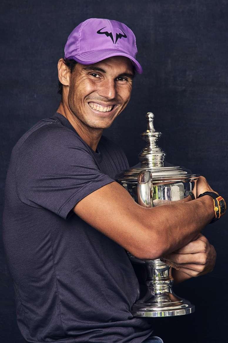 Fotografía promocional cedida por la Asociación de tenis de los Estados Unidos (USTA) donde aparece el tenista español Rafael Nadal mientras posa con la Copa del Abierto de Tenis de Estados Unidos.