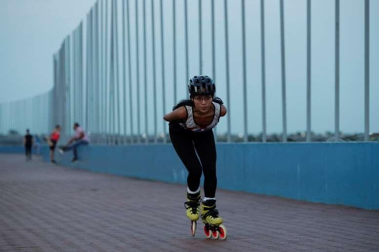 La indígena panameña Ailín Solís, de 23 años, practica patinaje de velocidad el 9 de septiembre de 2019, en el paseo marítimo de la ciudad de Panamá (Panamá). EFE/Bienvenido Velasco