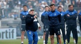 Maradona está de vuelta: volvió a dirigir la sesión de Gimnasia. EFE/Demian Alday