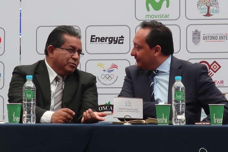 El presidente de la Federación Ecuatoriana de Ciclismo, Oswaldo Hidalgo (i), dialoga este miércoles con el director técnico de la Vuelta Ciclística a Ecuador, Juan Carlos Bosmediano (d), durante la presentación de esa competición a los medios de comunicación. EFE/Kevin Vélez