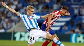 Odegaard (i) superó su lesión y se enfrentará al Real Madrid. EFE