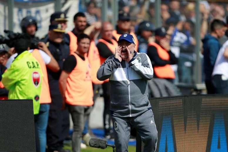 Maradona recibió el calor de su hija menor. EFE