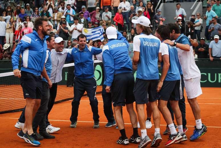 Jugadores uruguayos celebran tras derrotar a República Dominicana este domingo en la serie por el Grupo I de la Zona Americana de Copa Davis, en Montevideo (Uruguay). EFE/Raúl Martínez