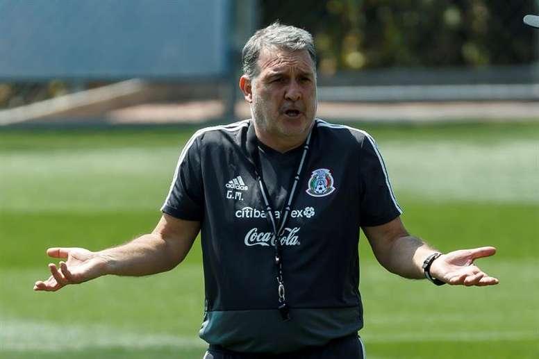 Martino explicó la ausencia de Chicharito. EFE