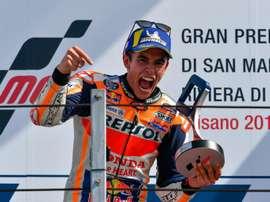 El piloto español de MotoGP, número 93, Marc Márquez, del equipo Repsol Honda celebra su victoria este domingo en el podio de MotoGP del Gran Premio de Motociclismo de San Marino y Riviera di Rimini en el Circuito Misano en Misano Adriatico, Italia. EFE/ALESSIO MARINI
