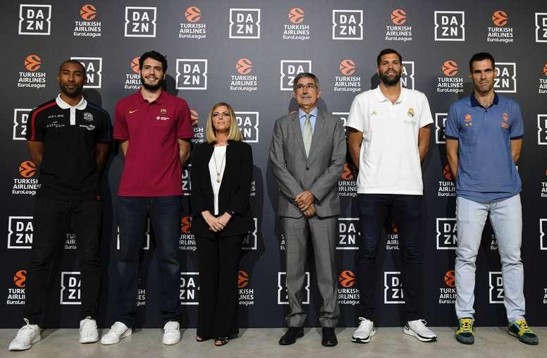 El presidente y director ejecutivo de la Euroliga, Jordi Bertomeu (3d); la vicepresidenta ejecutiva de DAZN en España e Italia, Verónica diquattro (3i), y los jugadores de baloncesto Jayson Granger (i), Álex Abrines (2i), Felipe Reyes (2d) y Fernando San Emeterio (d), durante la presentación de la temporada 2019/20 de la Euroliga en un acto celebrado este miércoles en Madrid. EFE/Víctor Lerena