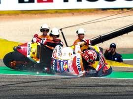 El piloto de MotoGP Marc Márquez, cae al suelo durante la primera jornada de entrenamientos del Gran Premio de Aragón de MotoGP en el circuito Motorland de Alcañiz, en el que este fin de semana se disputa el Gran Premio de Aragón.- EFE/Javier Cebollada