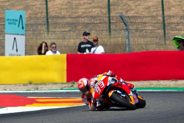 El piloto español Marc Márquez durante las pruebas clasificatorias para el Gran Premio Michelín de Aragón, que se celebrará este domingo en el circuito turolense de Motorland Alcañiz, en Alcañiz. EFE/Antonio García
