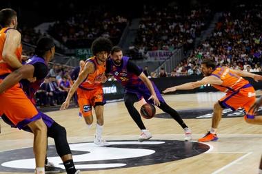 El ala-pívot del Barça Nikola Mirotic (2d) ucha con el francés Louis Labeyrie (3i), del Valencia Basket, durante la primera semifinal de la Supercopa de España en el WiZink Center, en Madrid. EFE/Emilio Naranjo