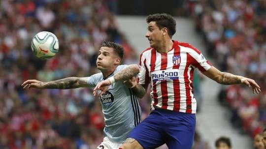 Simeone convoca Giménez para enfrentar o Lokomotiv. EFE/Ballesteros