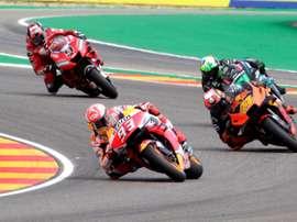 Los pilotos Marc Márquez (2i), Pol Espargaró (d), y Petruci (i), durante la primera jornada de entrenamientos del Gran Premio de Aragón de MotoGP, este viernes en el circuito Motorland de Alcañiz. EFE/Antonio García