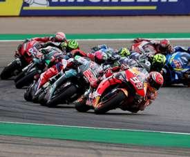 El español Marc Márquez (93), lidera el grupo durante la carrera de MotoGP del Gran Premio de Aragón que se disputa en el circuito Motorland de Alcañiz. EFE/Javier Cebollada