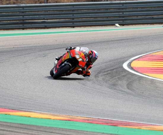 El sudafricano Brad Binder (Red Bull KTM Ajo), durante la carrera de Moto2 del Gran Premio de Aragón en el circuito Motorland de Alcañiz. EFE/Javier Cebollada
