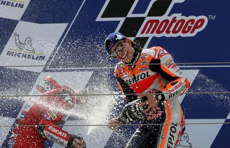 El español Marc Márquez (d) (Repsol Honda) celebra tras finalizar primero, junto al italiano Andrea Dovizioso, segundo, en la carrera de MotoGP del Gran Premio de Aragón que se disputó en el circuito Motorland de Alcañiz. EFE/Javier Cebollada