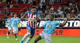 Chivas sancionará a Alexis Vega y Alan Cervantes. EFE