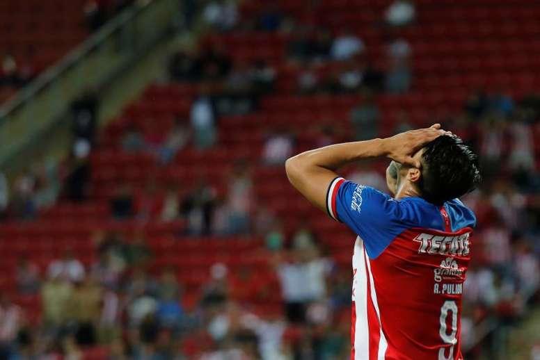 Chivas no gana para desgracias. EFE