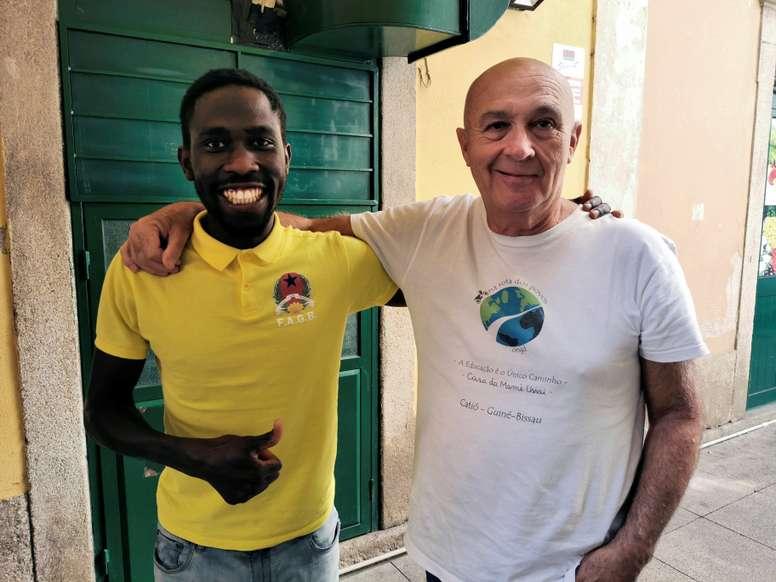 Fotografía cedida por el atleta Braima (i) con el presidente de la ONG Na Rota de os povos, Tito Baião (i), este lunes en Oporto. EFE/Braima