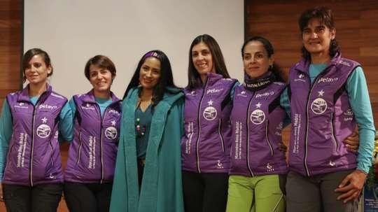 En la imagen, las cinco españolas, Estrella Paulete (i), María Victoria Martínez (2i), Raquel Millán (3d), Felisa Requena (2d) y Begoña Conde (d), supervivientes de cáncer de mama, posan con la ministra de Cultura y Turismo, Willma Alanoca (c). EFE/Martín Alipaz/Archivo