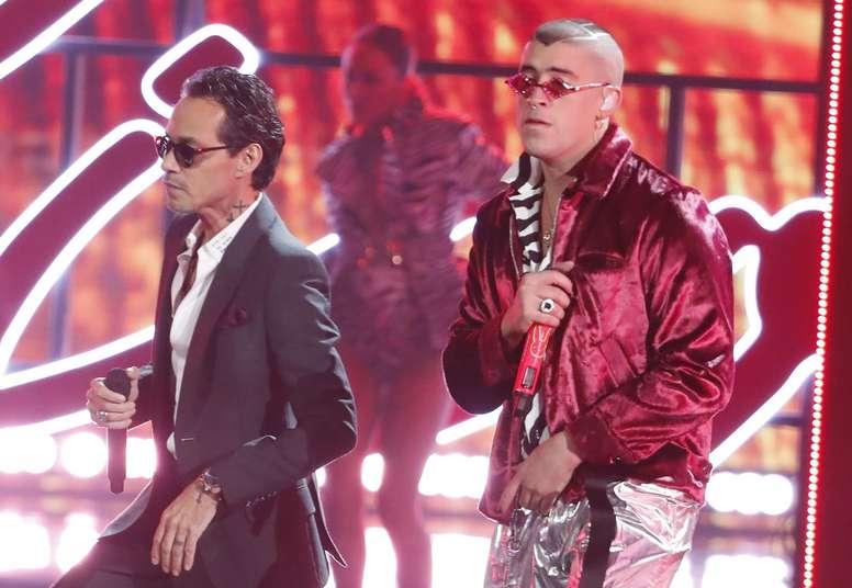 Fotografía tomada el pasado 15 de noviembre en la que se registró una presentación de los cantantes puertorriqueños Marc Anthony (i) y Bab Bunny. EFE/Mike Nelson/Archivo