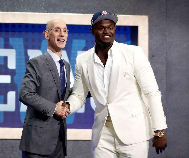 El comisionado de la NBA Adam Silver (i) da la mano al primer seleccionado por los New Orleands Pelicans, Zion Williamson (d), durante el sorteo universitario de la NBA 2019. EFE/JASON SZENES/Archivo