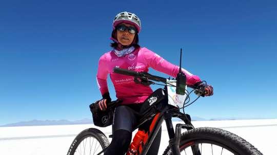 Fotografía fechada el 30 de septiembre de 2019. La española Rosa Fernández, participante en el Reto Pelayo Vida, durante la etapa de 55 kilómetros desde Isla Pescado a Jijira. EFE/Carlos de Torres