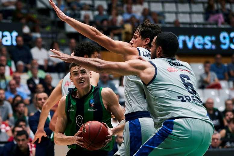 El base macedonio del Joventut Nenad Dimitrijevic (i) intenta superar a varios rivales del Germani Brescia Leonessa, durante el partido ante el Joventut, de la Eurocopa de baloncesto que se disputa este martes en el Palau Olimpic de Badalona. EFE/Alejansro García