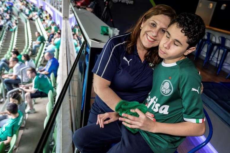 La historia de la madre que narra los partidos a su hijo ciego. EFE