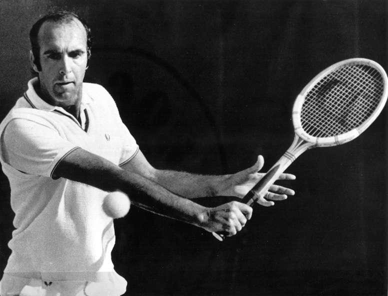 El español Andrés Gimeno en acción en su encuentro de tenis correspondiente a la primera ronda del Torneo Roland Garros frente al italiano Ezio Di Matteo en 1973. Efe/cl/Archivo